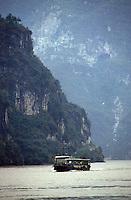 """Yangtze-Fluss in der Provinz Hubei / China<br /> Die chinesische Regierung plant in der Provinz Hubei den Yangtze-Fluss mit einem Staudamm zur Stromgewinnung aufzustauen. Dabei werden ca. 3 Millionen Menschen umgesiedelt.<br /> Hier: Ein Frachter auf dem Yangtze-Fluss im """"Drei Schluchten-Nationalpark"""".<br /> 1992, Provinz Hubei / China<br /> Copyright: Christian-Ditsch.de<br /> [Inhaltsveraendernde Manipulation des Fotos nur nach ausdruecklicher Genehmigung des Fotografen. Vereinbarungen ueber Abtretung von Persoenlichkeitsrechten/Model Release der abgebildeten Person/Personen liegen nicht vor. NO MODEL RELEASE! Nur fuer Redaktionelle Zwecke. Don't publish without copyright Christian-Ditsch.de, Veroeffentlichung nur mit Fotografennennung, sowie gegen Honorar, MwSt. und Beleg. Konto: I N G - D i B a, IBAN DE58500105175400192269, BIC INGDDEFFXXX, Kontakt: post@christian-ditsch.de<br /> Urhebervermerk wird gemaess Paragraph 13 UHG verlangt.]"""