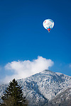 Deutschland, Bayern, Chiemgau, Schleching: Heissluftballon ueber den Chiemgauer Alpen | Germany, Upper Bavaria, Chiemgau, Schleching: hot-air ballon rising atop Chiemgau Alps