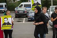 """Kundgebung vor dem Berliner Polizeipraesidium am Montag den 10. Juli 2017 anlaesslich der Einstellung des Verfahrens gegen Polizisten, welche im September 2016 den irakischen Fluechtling Hussam Fadl Hussein bei einem Polizeieinsatz auf dem Gelaende einer Fluechtlingsunterkunft erschossen haben.<br /> Der 29 jaehrige Familienvater und Polizist wurde am 27.9.2016 in einer Berliner Fluechtlingsunterkunft von drei Polizisten von hinten erschossen, als er versucht haben soll sich einem festgenommenen Mann zu naehern, der seine Tochter missbraucht haben soll. Die Polizei hatte behauptet in Notwehr gehandelt zu haben, da Hussam Fadl Hussein angeblich mit einem Messer bewaffnet gewesen sein soll. Augenzeugen sagten jedoch aus, dass Hussam Fadl Hussein nicht bewaffnet gewesen sei und kein Messer gehabt habe.<br /> Die Staatsanwaltschaft hat das Ermittlungsverfahren Ende Mai 2017 mit dem Verweis auf Notwehr der Beamten eingestellt.<br /> Die Initiativen """"Reach Out"""", """"Kampagne fuer Opfer rassistischer Polizeigewalt (KOP)"""", der Fluechtlingsrat Berlin und Haman Gate (Ehefrau des Erschossenen) fordern die Wiederaufnahme der Emittlungen, eine Anklageerhebung der Staatsanwaltschaft und ein Strafverfahren gegen die Polizeibeamten, die auf Hussam Fadl geschossen haben und die sofortige Suspendierung der beschuldigten Polizisten. Um diese Forderung zu unterstuetzen haben ca. 100 Menschen vor dem Polizeipraesidium protestiert.<br /> Im Bild: Haman Gate, Ehefrau des Erschossenen.<br /> 10.7.2017, Berlin<br /> Copyright: Christian-Ditsch.de<br /> [Inhaltsveraendernde Manipulation des Fotos nur nach ausdruecklicher Genehmigung des Fotografen. Vereinbarungen ueber Abtretung von Persoenlichkeitsrechten/Model Release der abgebildeten Person/Personen liegen nicht vor. NO MODEL RELEASE! Nur fuer Redaktionelle Zwecke. Don't publish without copyright Christian-Ditsch.de, Veroeffentlichung nur mit Fotografennennung, sowie gegen Honorar, MwSt. und Beleg. Konto: I N G - D i B a, IBAN DE585001051754"""