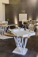 urope/France/Bretagne/56/Morbihan/Lorient: Restaurant: L'Amphytrion - La salle du restaurant et ses plateaux de service