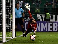PALMIRA - COLOMBIA, 19-09-2018: Adrian Gabbarini, guardameta de Liga Deportiva Universitaria de Quito, logra detener el disparo desde el tiro penal, durante partido entre Deportivo Cali (COL) y Liga Deportiva Universitaria de Quito (ECU), de los octavos de final, llave H, por la Copa Conmebol Sudamericana 2018, jugado en el estadio Deportivo Cali (Palmaseca) en la ciudad de Palmira. / Adrian Gabbarini, goalkeeper of Liga Deportiva Universitaria de Quito, stops the shot from the penalty kick, during a match between Deportivo Cali (COL) and Liga Deportiva Universitaria de Quito (ECU), of eighth finals, key H, for the Copa Conmebol Sudamericana 2018, at the Deportivo Cali (Palmaseca) stadium in Palmira city. Photo: VizzorImage / Luis Ramirez / Staff.