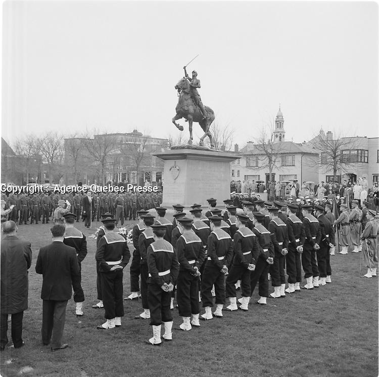 Des matelots en uniforme face à la statue lors de la Fete de Jeanne-d'Arc, 7 mai 1967<br /> <br /> Photo : Agence Quebec Presse