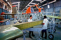 Produção de aviões Neiva Embraer. Botucatu, São Paulo. 2001. Foto de Juca Martins.