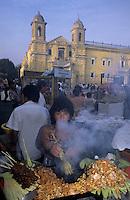Amérique/Amérique du Sud/Pérou/Lima : Marché devant l'église de la Merced (XVIII°) - Marchande de brochettes et grillades