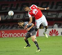 BOGOTÁ - COLOMBIA , 5-09-2018: Carlos Henao (Der.) jugador del Independiente Santa Fe  disputa el balón con Wilfrido de La Rosa (Izq.) jugador del Envigado durante partido por la fecha 8 de la Liga Águila II 2018 jugado en el estadio Nemesio Camacho El Campín de la ciudad de Bogotá. /Carlos Henao (R) player of Independiente Santa Fe fights for the ball with Wilfrido de La Rosa (L) player of Envigado during the match for the date 8 of the Liga Aguila II 2018 played at the Nemesio Camacho El Campin Stadium in Bogota city. Photo: VizzorImage / Felipe Caicedo / Staff.