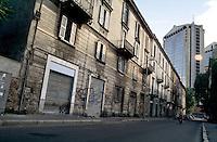 milano, quartiere isola. vecchie case (non più esistenti) e i grattacieli di porta garibaldi --- milan, isola district. old houses (no longer existing) and the skyscrapers at garibaldi gate