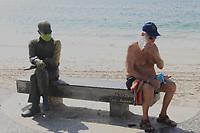 """RJ. Rio de Janeiro. 16/05/2020  CIDADE Na foto da praia de Copacabana, zona sul, a movimentaÁ""""o na orla tem as areias vazias e as calÁadas cheias em Època de isolamento social por causa do novo coronavirus neste s·bado,  (16). ( Foto: Ellan Lustosa / Codigo19)"""