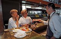 """Europe/France/Rhône-Alpes/69/Rhône/Lyon: Mme Richard fromagère Mme Colette Sibillia charcuterie lors d'un machon au bouchon """"Les Gones"""" [Non destiné à un usage publicitaire - Not intended for an advertising use]"""