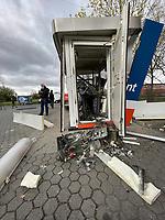 Geldautomat der Frankfurter Volksbank wurde in der Industriestraße von Unbekannten gesprengt - 06.04.2021 Mörfelden-Walldorf: Gesprengter Geldautomat in Mörfelden-Walldorf