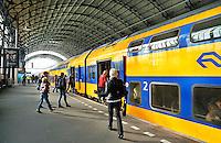 Nederland Haarlem 2015 . Mensen lopen naar de trein bij station Centraal Haarlem