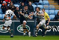 Photo: Richard Lane/Richard Lane Photography. Wasps v Stade Rochelais.  European Rugby Champions Cup. 17/12/2017. Wasps' Nathan Hughes passes.