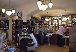 Deutschland, Freistaat Sachsen, Pirna: Verkaufsraum der Kaffeeroesterrei Ernst Schmole Nachf. von 1880 | Germany, the Free State of Saxony, Pirna: saleroom, salesroom of coffee roasters Ernst Schmole Nachf. from 1880