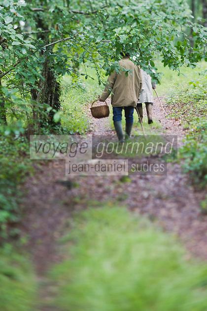 Europe/France/Midi-Pyrénées/82/Tarn-et-Garonne/Saint-Étienne-de-Tulmont: Christian Constant est ses amis à la recherche des champignons