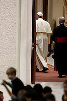 Papa Francesco incontra le famiglie numerose in Aula Paolo VI, Citta' del Vaticano, 28 dicembre 2014.<br />
