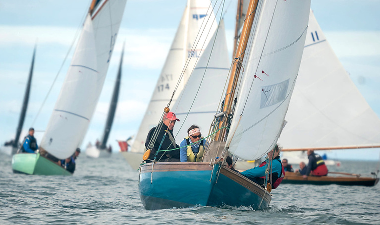 Ian Malcolm on the 1898-vintage Aura was one of four Howth Seventeens which went into the final race with a chance of winning the title……Photo: Annraoi Blaney