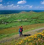 Ireland, County Kerry, The Dingle Peninsula: Hikers at Blasket Sound | Irland, County Kerry, Dingle Halbinsel, Wanderer am Blasket Sound