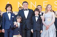 Cristian Mungiu avec ses enfants sur le tapis rouge pour la projection du film 'Bacalaureat' lors du 69ème Festival du Film à Cannes le jeudi 19 mai 2016.