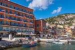 Frankreich, Provence-Alpes-Côte d'Azur, Villefranche-sur-Mer: das bekannte Hotel Welcome sowie Restaurants und Cafés am Quai de l'Amiral Courbet | France, Provence-Alpes-Côte d'Azur, Villefranche-sur-Mer: famous Hotel Welcome, restaurants and cafes at Quai de l'Amiral Courbet