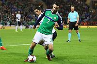 Conor McLaughlin (Nordirland, Northern Ireland) gegen Lars Stindl (Deutschland Germany) - 05.10.2017: Nordirland vs. Deutschland, WM-Qualifikation Spiel 9, Windsor Park Belfast
