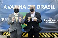 Campinas (SP), 24/12/2020 - Vacina/Covid-19 - Dimas Covas, Diretor do Instituto Butantan e Jean Gorinchteyn Secretario de Saude Sao Paulo. O quarto lote de imunizantes da Covid-19 chegaram nesta manha de quinta-feira (24) no Aeroporto Internacional de Viracopos, em Campinas (SP). Sao insumos para que o Instituto Butantan assegure mais 5,5 milhoes de doses da vacina contra o coronavirus.<br />O novo carregamento e formado por 2,1 milhoes de doses ja prontas para aplicacao e mais 2,1 mil litros de insumos, correspondentes a 3,4 milhoes de doses. (Foto: Denny Cesare/Codigo 19/Codigo 19)