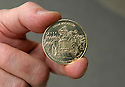 04/06/05 - CIRCUIT HISTORIQUE - PUY DE DOME - FRANCE - Medaille commemorative du Centenaire de la Course GORDON BENNETT - Photo Jerome CHABANNE