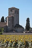Europe/Europe/France/Midi-Pyrénées/46/Lot/Mauroux: Église romane de Cabanac dont le clocher est inscrit au monuments historiques et champ de tournesol