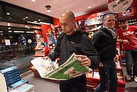 Am Samstag den 17. Januar 2015 wurde die erste Ausgabe der franzoesischen Satire-Zeitschrift Charlie Hebdo nach dem Mordanschlag am 7. Januar auch in Deutschland verkauft. Auf Grund der grossen Nachfrage in Frankreich wurden nur wenig Exemplare nach Deutschland geschickt. So sind in Berlin angeblich nur 125 Stueck zum Verkauf ausgeliefert worden.<br /> Am Berliner Hauptbahnhof haben Menschen seit dem Vorabend um 23.30 vor einem Zeitungsladen angestanden, um bei Oeffung um 5.00 Uhr eines der begehrten drei Exemplare zu bekommen, die dort angeliefert wurden.<br /> So kam es bei Ladenoeffung zum Teil zu tumultartigen Szenen, bei denen sich die wartenden gegenseitig im Preis ueberboten oder die Verkaeufer beschimpften, weil nur ein Exemplar in der Filiale war.Im Bild: Nico H. hat seit dem Vorabend gewartet und eine der zwei Ausgaben der Charlie Hebdo bekommen die in der Bahnhofsbuchhandlung verkauft wurden. Er ist mit einem Freund extra aus dem aus 130 Kilometer entfernten Pasewalk gekommen.<br /> 17.1.2015, Berlin<br /> Copyright: Christian-Ditsch.de<br /> [Inhaltsveraendernde Manipulation des Fotos nur nach ausdruecklicher Genehmigung des Fotografen. Vereinbarungen ueber Abtretung von Persoenlichkeitsrechten/Model Release der abgebildeten Person/Personen liegen nicht vor. NO MODEL RELEASE! Nur fuer Redaktionelle Zwecke. Don't publish without copyright Christian-Ditsch.de, Veroeffentlichung nur mit Fotografennennung, sowie gegen Honorar, MwSt. und Beleg. Konto: I N G - D i B a, IBAN DE58500105175400192269, BIC INGDDEFFXXX, Kontakt: post@christian-ditsch.de<br /> Bei der Bearbeitung der Dateiinformationen darf die Urheberkennzeichnung in den EXIF- und  IPTC-Daten nicht entfernt werden, diese sind in digitalen Medien nach §95c UrhG rechtlich geschuetzt. Der Urhebervermerk wird gemaess §13 UrhG verlangt.]