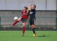 Dames Zulte - Waregem - RSC Anderlecht : Elien Ameye aan de bal voor Laurence Marchal .foto DAVID CATRY / VROUWENTEAM.BE