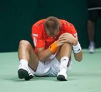 07-05-10, Tennis, Zoetermeer, Daviscup Nederland-Italie, Thiemo se Bakker  Grijpt naar zijn knie nadat hij is gevallen in de tweede set