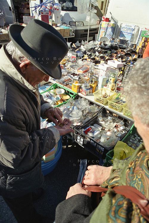 Milano, mercato rionale al quartiere Bruzzano, periferia nord. Coppia di Anziani conta gli spiccioli --- Milan, local market at Bruzzano district, north periphery. Old couple counting change