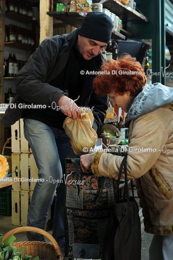 Progetto Scec.Solidarietà che cammina.Banco di frutta e verdura. Fruit and vegetables stand....
