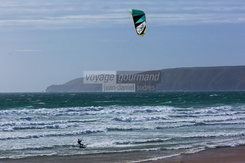 Europe/France/Normandie/Basse-Normandie/50/Manche/ Vauville: l'Anse de Vauville: Plage  et Kitesurf ,  en fond le Nez de Jobourg//   <br />   France, Manche, Vauville, the beach on the Anse de Vauville, kitesurf