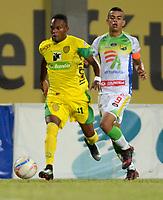 ITAGÜI - COLOMBIA -  06 - 03 - 2018: Jhon Sanchez (Izq.) jugador de Leones disputa el balón con Omar Duarte (Der.), jugador de Atletico Huila, durante el partido entre Leones F.C. y Atletico Huila, de la fecha 7 por la Liga Águila I 2018, jugado en el estadio Ditaires de la ciudad de Itagüi. / Jhon Sanchez (L) player of Leones vies for the ball with Omar Duarte (R), jugador de Atletico Huila, during match between Leones F.C. and Atletico Huila, of the 7th date for the Aguila League I 2018, played at Ditaires stadium in Itagüi city. Photo: VizzorImage/ León Monsalve / Cont.