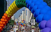 Passeata  Dia do Orgulho Gay na Avenida Paulista, São Paulo. 2005. Foto de Caetano Barreira.