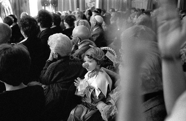 ROMANIA, Bucharest, February 2002..Celebration of Purim in the Jewish cultural center in Bucharest..ROUMANIE, Bucarest, Février 2002..Célébration de Purim au centre culturel juif de Bucarest..© Bruno Cogez