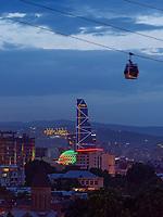 Seilbahn, Skyline mit Bitmore Hotel, Rustaveli, Tiflis – Tbilissi, Georgien, Europa<br /> Cable car,  Skyline with Bitmore Hotel, Rustaveli,  Tbilisi, Georgia, Europe