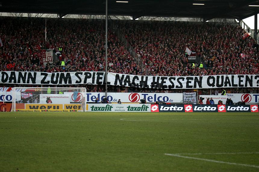 """Choreografie der Mainzer Fans mit Kritik an den Stadtv‰tern """"Erst solln wir in Mainz sie w‰hlen - uns dann zum Spiel nach Hessen qu‰len?"""""""
