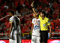 CALI - COLOMBIA - 10 -  02  -  2018: Mario Herrera (Der.) arbitro, muestra tarjeta amarilla a Nilson Castrillon (Izq.) jugador de Deportes Tolima, durante partido entre America de Cali y Deportes Tolima, de la fecha 2 por la Liga Aguila I 2018 jugado en el estadio Pascual Guerrero de la ciudad de Cali. / Mario Herrera (R), referee, shows yellow card to Nilson Castrillon (L) player of Deportes Tolima, during a match between America de Cali and Deportes Tolima, of the 2nd date for the Liga Aguila I 2018 at the Pascual Guerrero stadium in Cali city. Photo: VizzorImage / Luis Ramirez / Staff.