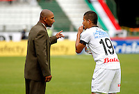 MANIZALES - COLOMBIA, 02-05-2015: Francisco Cortes, técnico (E) de Once Caldas da instrucciones a Cesar Arias durante partido Once Caldas y Cortulua por la fecha 18 de la Liga de Aguila I 2015 en el estadio Palogrande en la ciudad de Manizales. / Francisco Cortes, coach (E) of Once Caldas gives directions to Cesar Arias during a match between Once Caldas and Cortulua for the date 18 of the Liga de Aguila I 2015 at the Palogrande stadium in Manizales city. Photo: VizzorImage / Santiago Osorio / Cont