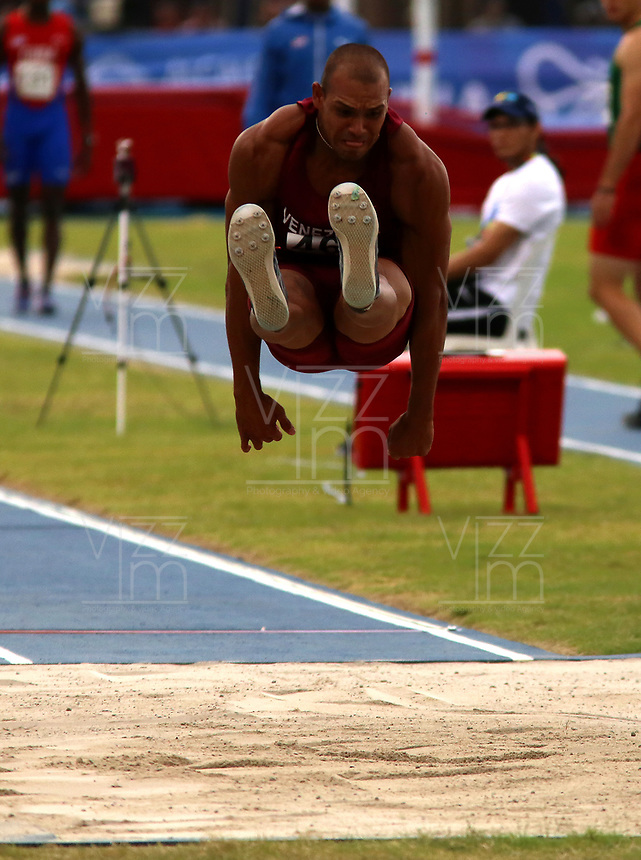 BARRANQUILLA - COLOMBIA, 29-07-2018:  Geomi Gregorio Jaramillo Casares, de Venezuela,durante su participación en la prueba de Salto Largo, Masculino de la prueba del Decatlón, en el Estadio de Atletismo, como parte de los Juegos Centroamericanos y del Caribe Barranquilla 2018. / Geomi Gregorio Jaramillo Casares, from Venezuela, during his participation in the Long Jump, Male, test, at the Athletics Stadium, as a part of the Central American and Caribbean Sports Games Barranquilla 2018. Photo: VizzorImage / Cont.