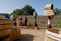 BURKINA Faso, Gaoua, women go to the basket market / BURKINA FASO, Gaoua, Frauen auf dem Korb Markt