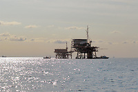 - platforms for the extraction of oil and natural gas in Adriatic sea of forehead to Ravenna....- impianti per l'estrazione di petrolio e gas naturale in mar Adriatico al largo di Ravenna..