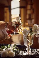 Europe/France/Normandie/Basse-Normandie/61/Orne/Maison-Maugis : Chambre d'hôtes - Mme Grandjean prépare ses bouquets
