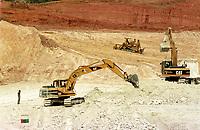 Vista aérea dos tratores na  mina de caulim da Pará Pigmentos em Ipixuna, CVRD<br />Ipixuna-Pará-Brasil12/09/2000<br />©Foto: Paulo Santos/ Interfoto