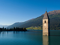 Versunkener Kirchturm des Ortes Graun, 14. Jh. , Reschensee im Vinschgau, Region Südtirol-Bolzano, Italien, Europa<br /> sunken steeple of village Graun, 14. c. in lake Reschen, Vinschgau,  South Tyrol, Italy, Europe