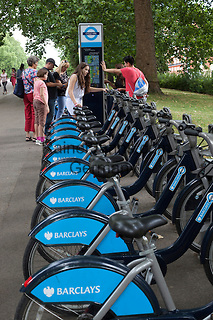 United Kingdom, London: Barclays bicycle hire in Hyde Park   Grossbritannien, England, London: Barclays Fahrradverleih im Hyde Park