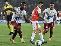 BOGOTÁ - COLOMBIA, 14-11-2018: Diego Guastavino (Der.) de Santa Fe disputa el balón con Carlos Robles (Izq.) del Tolima durante el encuentro entre Independiente Santa Fe y Deportes Tolima por los cuartos de final, ida, de la Liga Águila II 2018 jugado en el estadio Nemesio Camacho El Campin de la ciudad de Bogotá. / Diego Guastavino (R) of Santa Fe struggles for the ball with Carlos Robles (L) of Tolima during match between Independiente Santa Fe and Deportes Tolima for the first leg quarter finals of the Aguila League II 2018 played at the Nemesio Camacho El Campin Stadium in Bogota city. Photo: VizzorImage / Gabriel Aponte / Staff