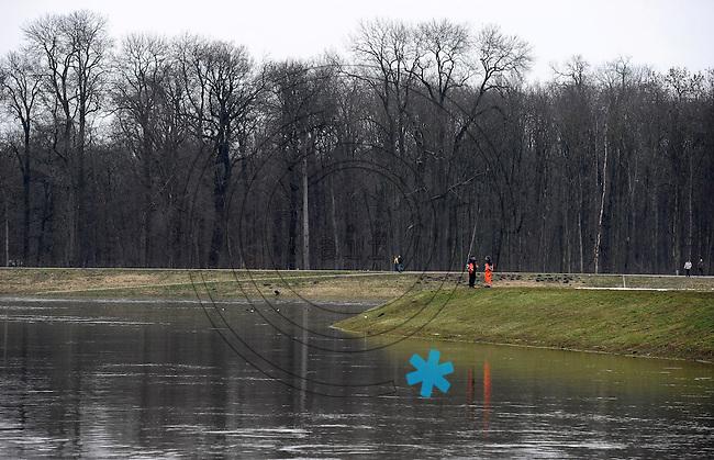 Flut Hochwasser Deich Spaziergang Sperrwehr Hochwasserschutz Schmelze Frühjahr Auwald feature - im Bild: Nahle  am Auwald / Wahren - Mitarbeiter der LAndestalsperrenbehörde stehen auf Deich .  Foto: Norman Rembarz