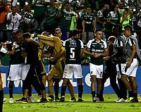 PALMIRA - COLOMBIA, 19-09-2018: Los jugadores de Deportivo Cali celebran la clasificación a la siguiente fase al vencer a Liga Deportiva Universitaria de Quito, durante partido entre Deportivo Cali (COL) y Liga Deportiva Universitaria de Quito (ECU), de los octavos de final, llave H, por la Copa Conmebol Sudamericana 2018, jugado en el estadio Deportivo Cali (Palmaseca) en la ciudad de Palmira. /  The Deportivo Cali players celebrate the qualification to the next phase after beating the Liga Deportiva Universitaria de Quito,during a match between Deportivo Cali (COL) and Liga Deportiva Universitaria de Quito (ECU), of eighth finals, key H, for the Copa Conmebol Sudamericana 2018, at the Deportivo Cali (Palmaseca) stadium in Palmira city. Photo: VizzorImage  / Luis Ramirez / Staff.