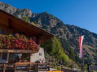 Wanderer, Leiter Alm, Algund bei Meran, Region Südtirol-Bozen, Italien, Europa<br /> Hiker, Leiter Alm, Lagundo near Merano, Region South Tyrol-Bolzano, Italy, Europe